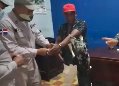 seseorang diborgol di kantor polisi